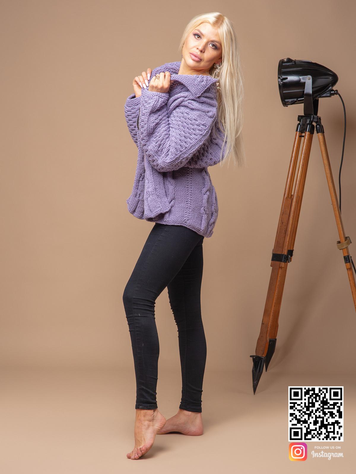 На третьей фотографии короткий сиреневый кардиган от Shapar, бренда вязаной одежды ручной работы в интернет магазине связанных спицами вещей.