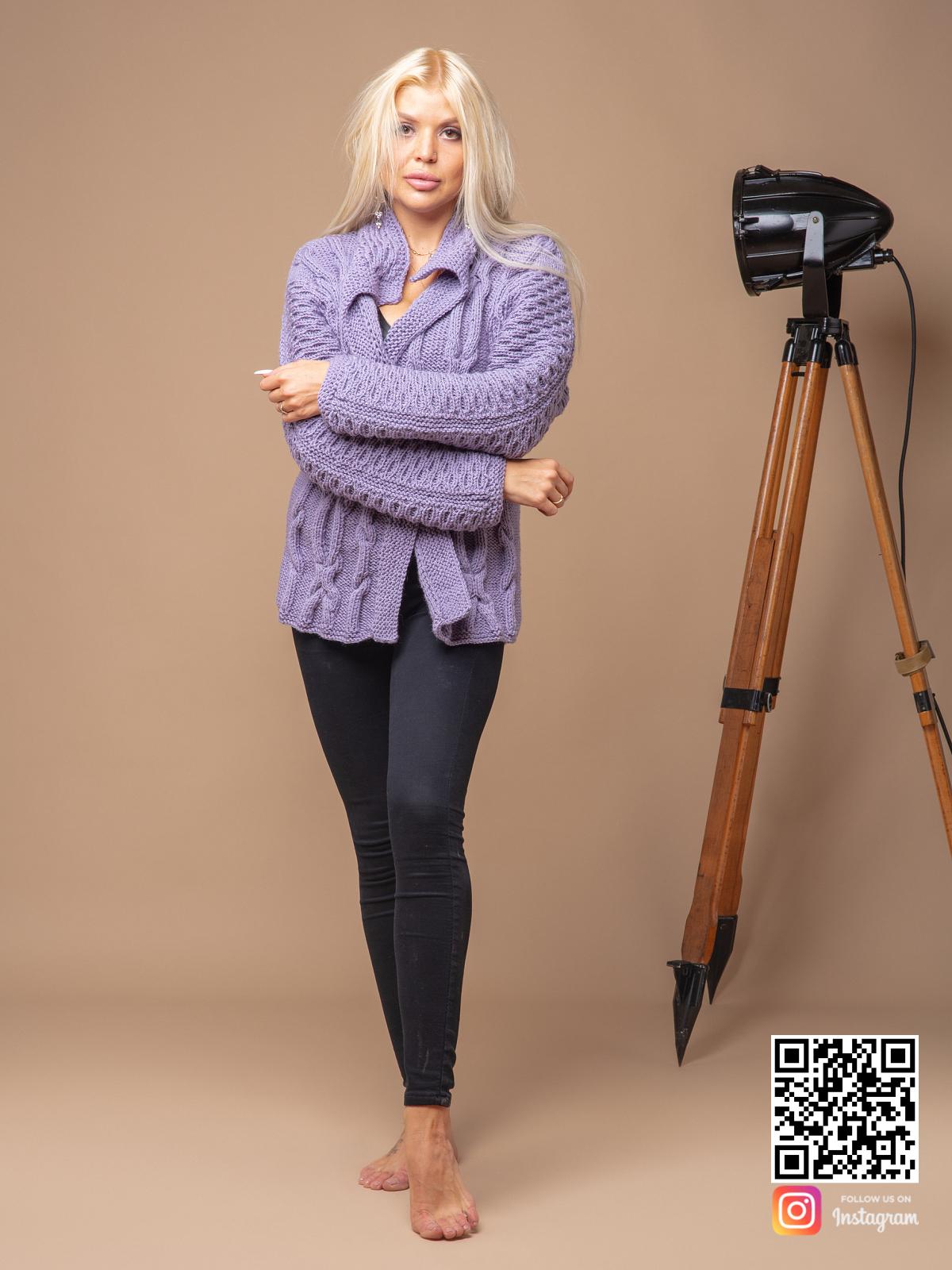 На фотографии женский сиреневый кардиган от Shapar, бренда вязаной одежды ручной работы в интернет магазине связанных спицами вещей.