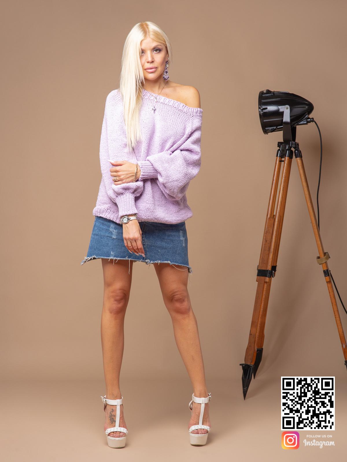 На четвертой фотографии женский сиреневый свитер спицами из хлопка от Shapar, бренда вязаной одежды ручной работы в интернет-магазине связанных вещей.