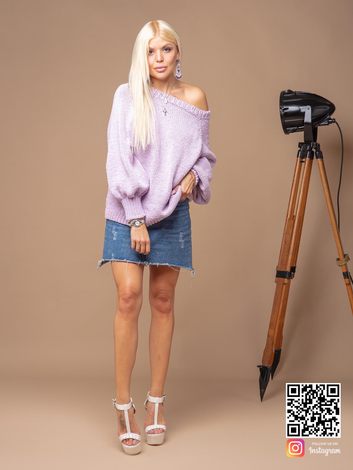 На фотографии женский сиреневый свитер спицами от Shapar, бренда вязаной одежды ручной работы в интернет-магазине связанных вещей.