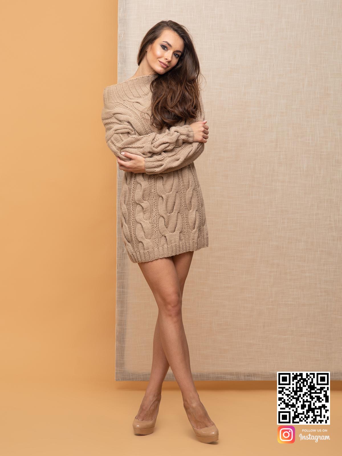 На фотографии стильное вязаное платье от Shapar, бренда женской одежды ручной работы в интернет-магазине связанных спицами вещей.