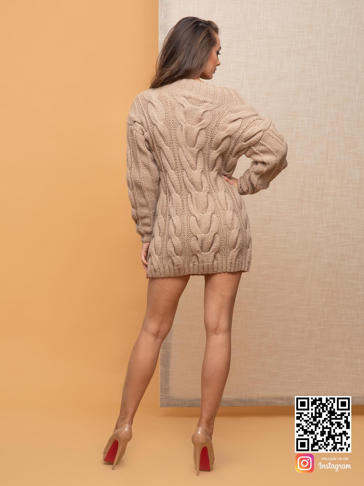 На пятой фотографии стильное вязаное платье бежевого цвета от Shapar, бренда женской одежды ручной работы в интернет-магазине связанных спицами вещей.
