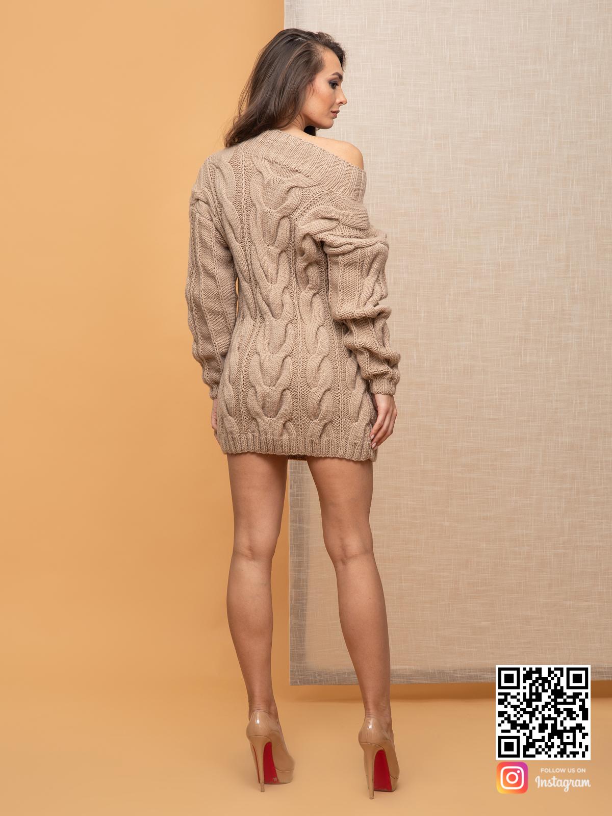 На второй фотографии стильное вязаное платье со спины от Shapar, бренда женской одежды ручной работы в интернет-магазине связанных спицами вещей.