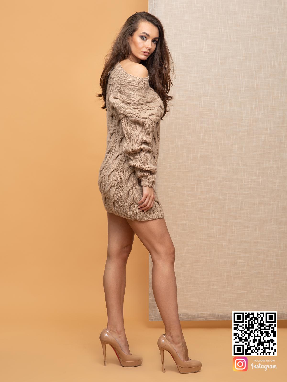 На третьей фотографии стильное вязаное платье со спущенным плечом от Shapar, бренда женской одежды ручной работы в интернет-магазине связанных спицами вещей.