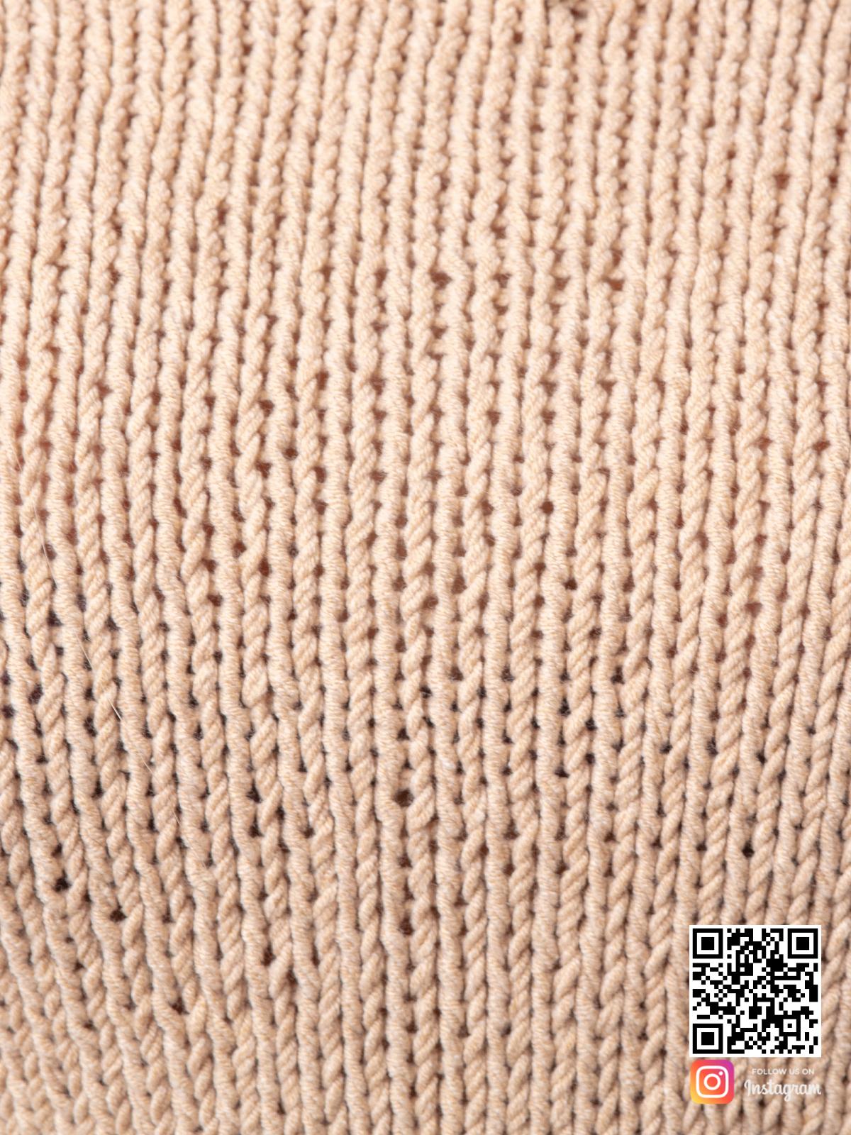 На пятой фотографии женский свитер бежевого цвета крупным планом от Shapar, бренда вязаной одежды ручной работы в интернет-магазине связанных спицами вещей.