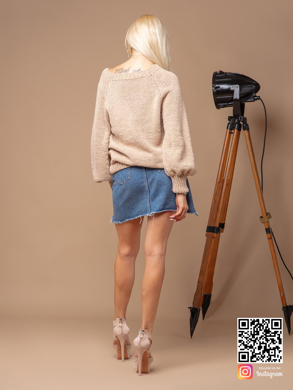 На второй фотографии женский свитер бежевого цвета со спины от Shapar, бренда вязаной одежды ручной работы в интернет-магазине связанных спицами вещей.