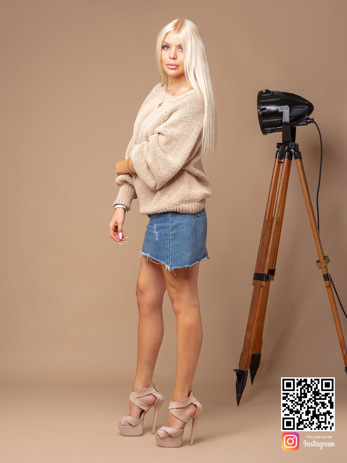 На четвертой фотографии женский свитер бежевого цвета с объемными рукавами от Shapar, бренда вязаной одежды ручной работы в интернет-магазине связанных спицами вещей.