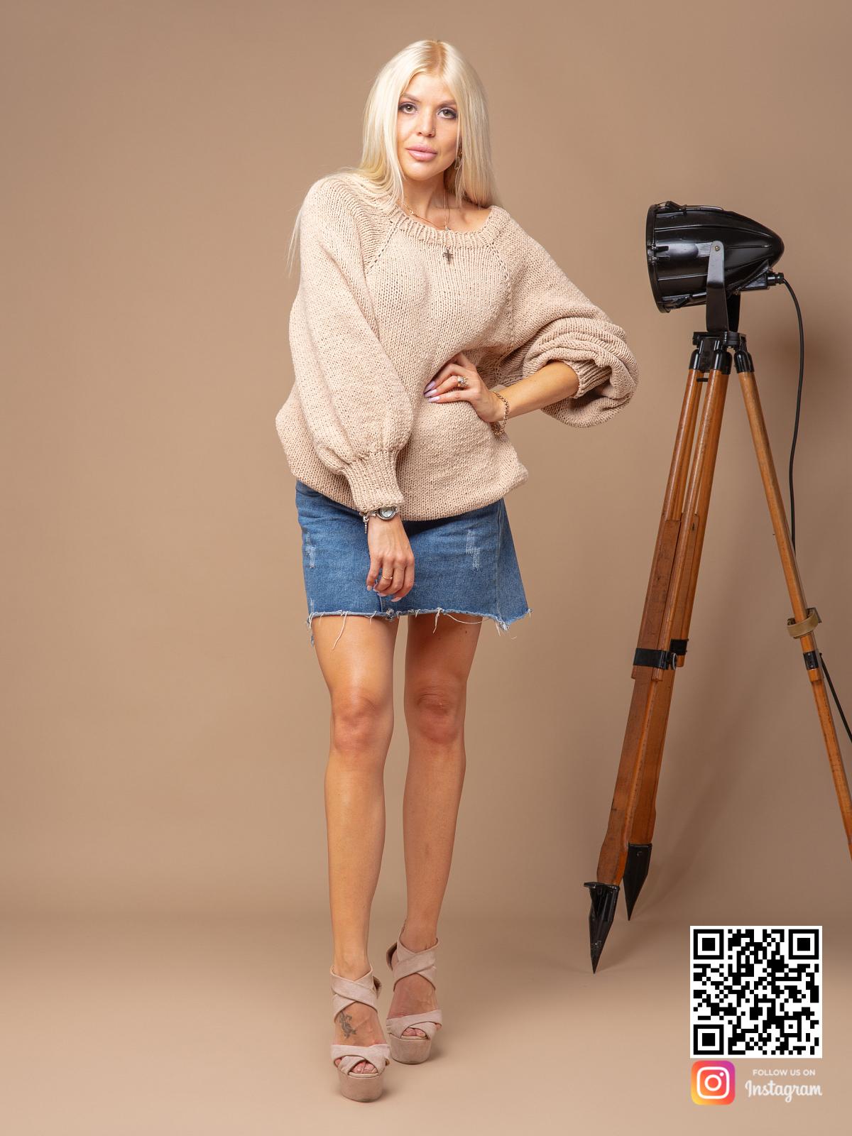 На третьей фотографии женский свитер бежевого цвета из хлопка от Shapar, бренда вязаной одежды ручной работы в интернет-магазине связанных спицами вещей.