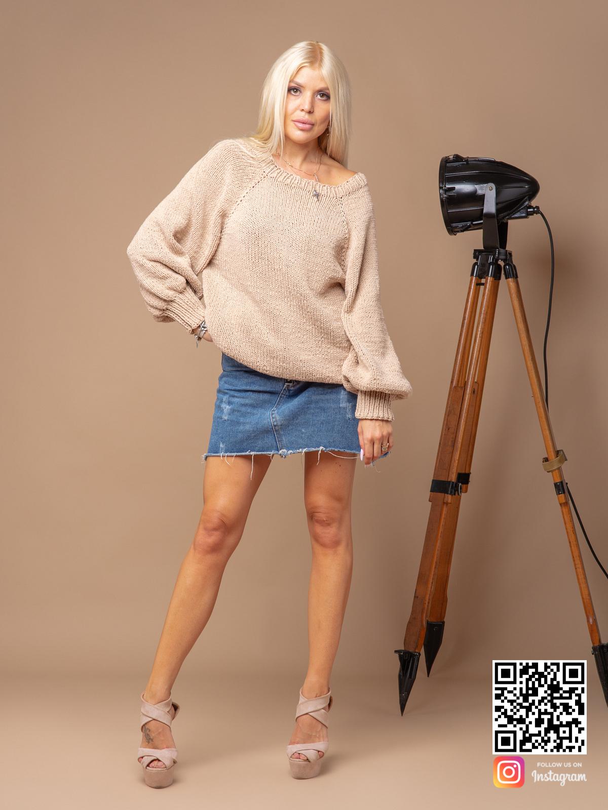 На фотографии женский свитер бежевого цвета от Shapar, бренда вязаной одежды ручной работы в интернет-магазине связанных спицами вещей.