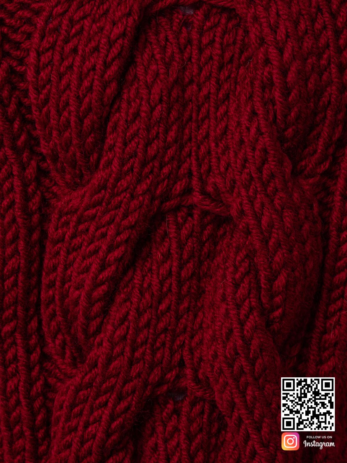 На седьмой фотографии женский свитер бордового цвета крупным планом от Shapar, бренда вязаной одежды ручной работы в интернет-магазине связанных спицами вещей.