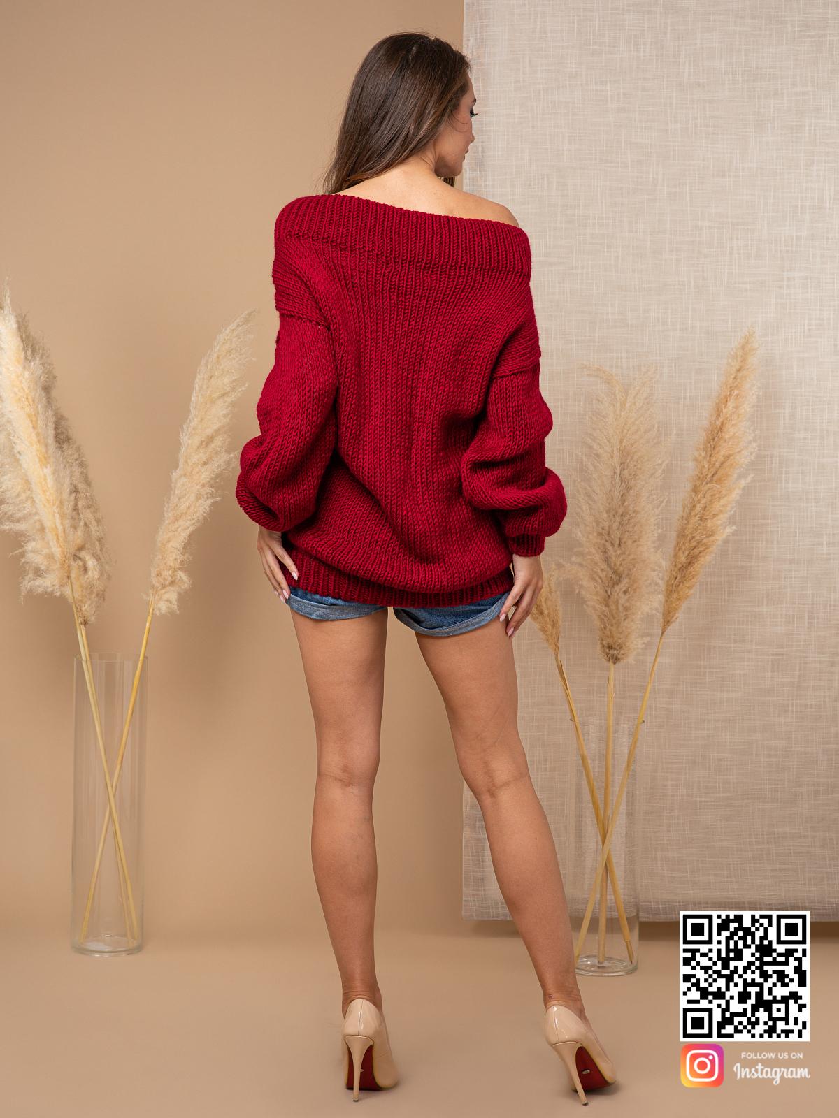 На второй фотографии женский свитер бордового цвета со спины от Shapar, бренда вязаной одежды ручной работы в интернет-магазине связанных спицами вещей.