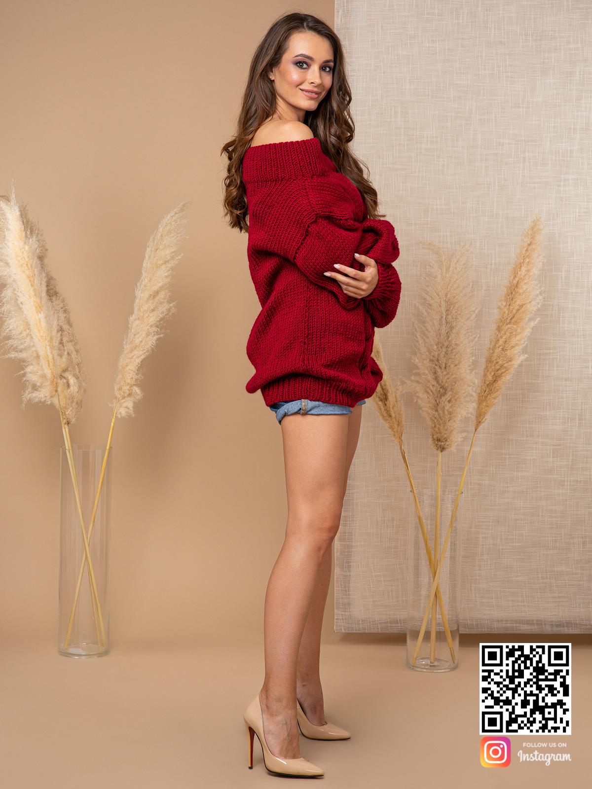 На третьей фотографии женский свитер бордового цвета с открытым плечом от Shapar, бренда вязаной одежды ручной работы в интернет-магазине связанных спицами вещей.