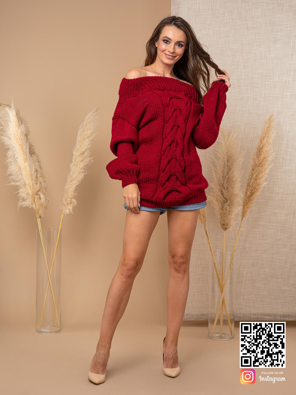 На фотографии женский свитер бордового цвета от Shapar, бренда вязаной одежды ручной работы в интернет-магазине связанных спицами вещей.