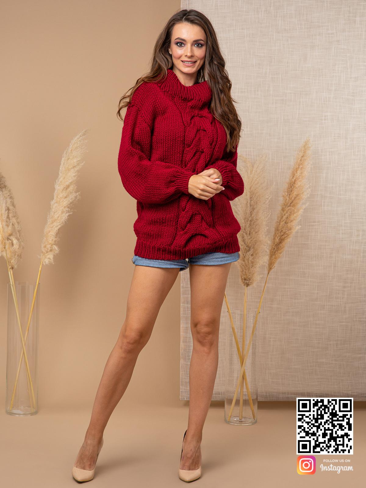 На четвертой фотографии женский свитер бордового цвета с крупной косой от Shapar, бренда вязаной одежды ручной работы в интернет-магазине связанных спицами вещей.