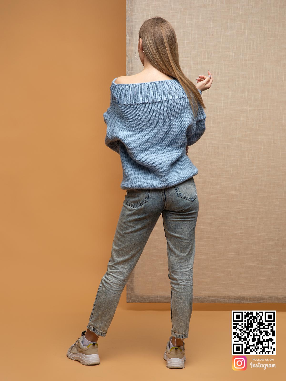 На второй фотографии женский голубой свитер со спины от Shapar, бренда вязаной одежды ручной работы в интернет-магазине связанных спицами вещей.