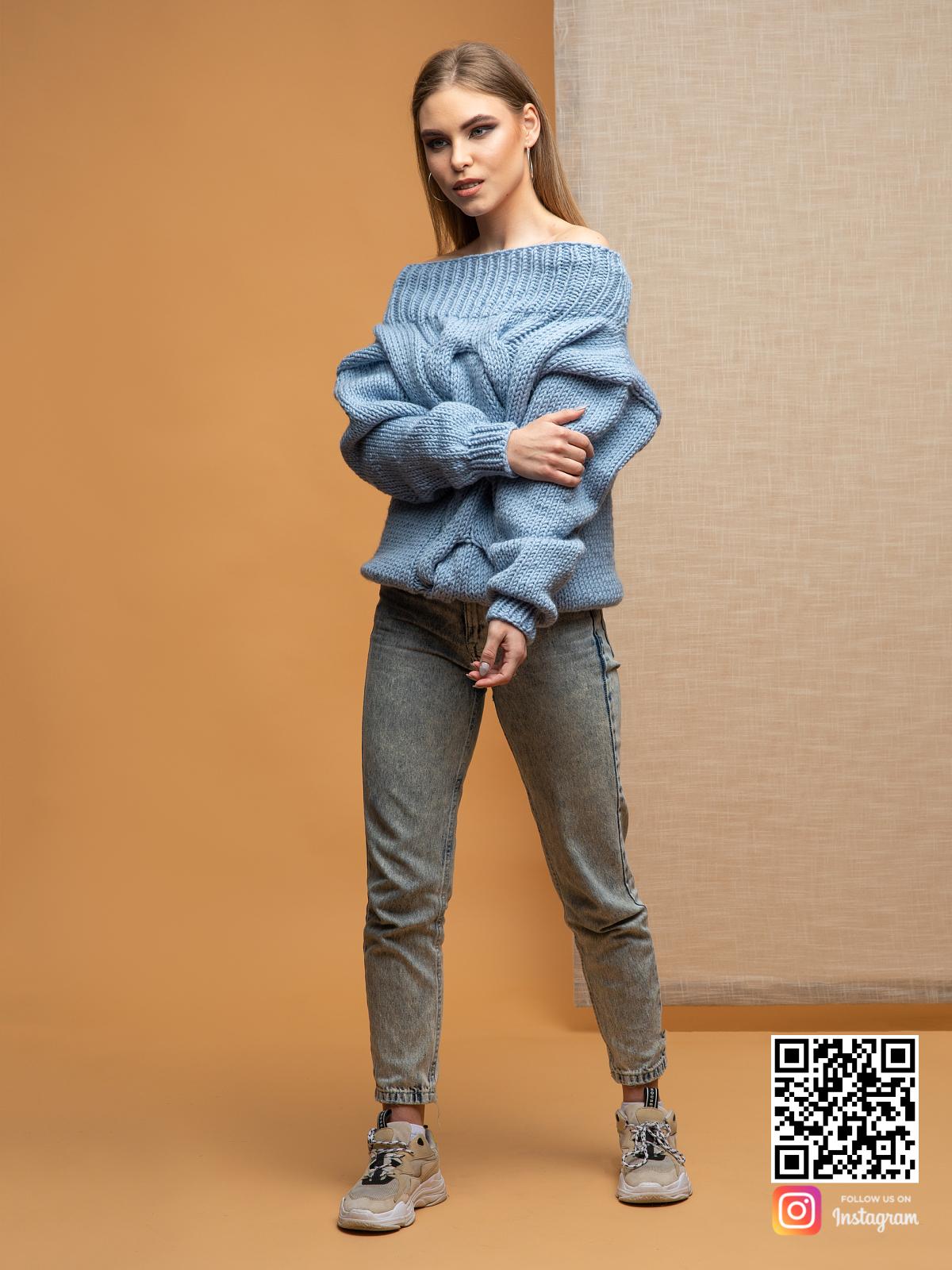 На пятой фотографии женский голубой свитер на одно плечо от Shapar, бренда вязаной одежды ручной работы в интернет-магазине связанных спицами вещей.