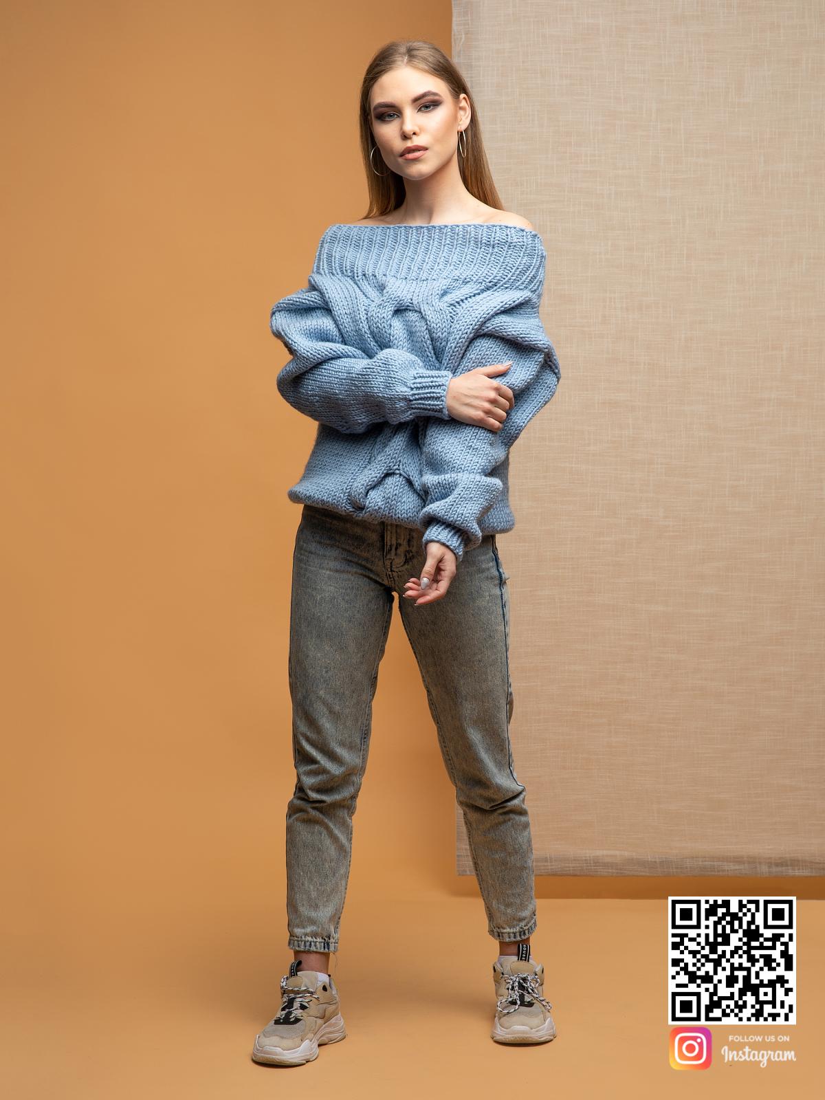 На фотографии свитер голубой женский с косой от Shapar, бренда вязаной одежды ручной работы в интернет-магазине связанных спицами вещей.