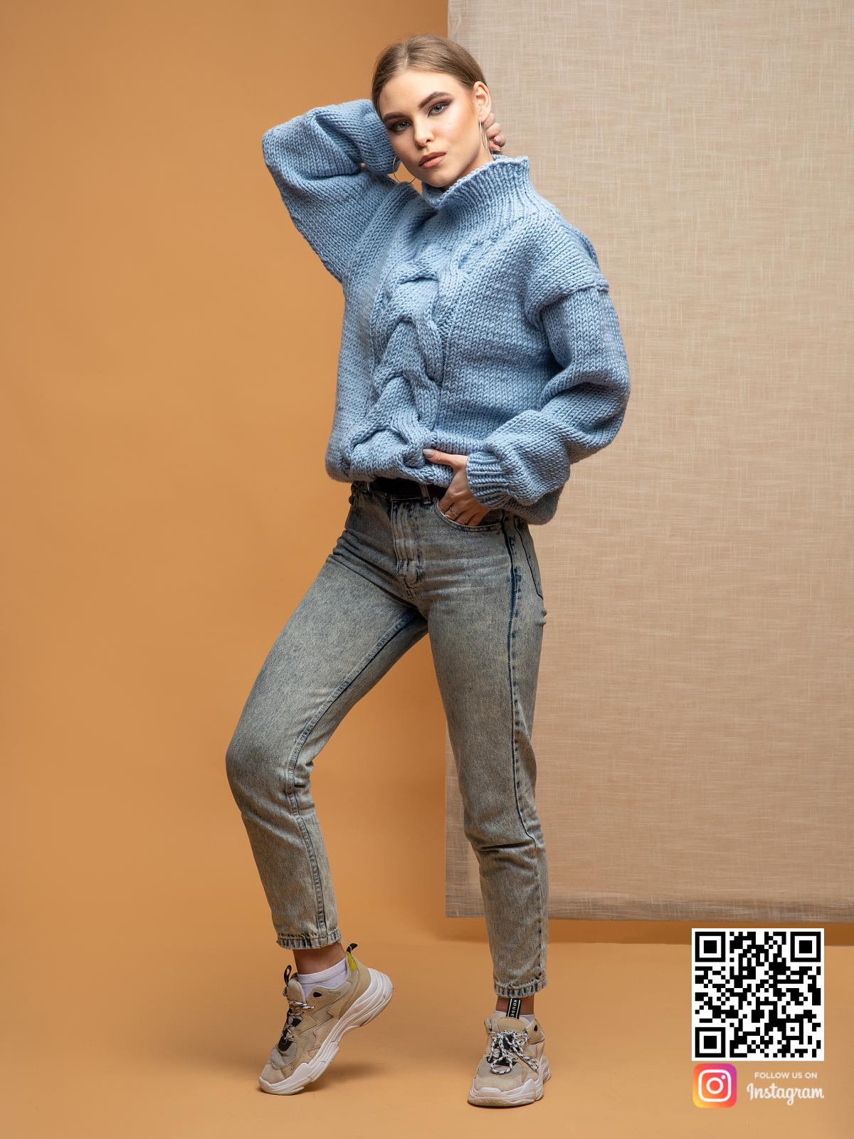 На третьей фотографии свитер голубой женский с воротником от Shapar, бренда вязаной одежды ручной работы в интернет-магазине связанных спицами вещей.