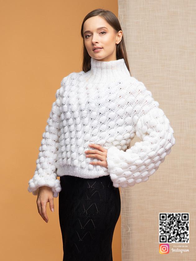 На фотографии свитер из мохера для женщин от Shapar, бренда вязаной одежды ручной работы в интернет-магазине связанных спицами вещей.