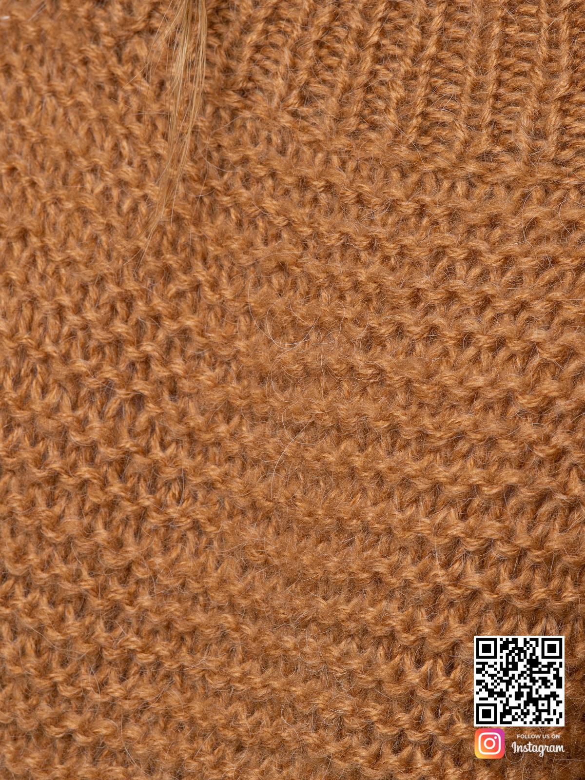 На седьмой фотографии женский свитер коричневого цвета крупным планом от Shapar, бренда вязаной одежды ручной работы в интернет-магазине связанных спицами вещей.