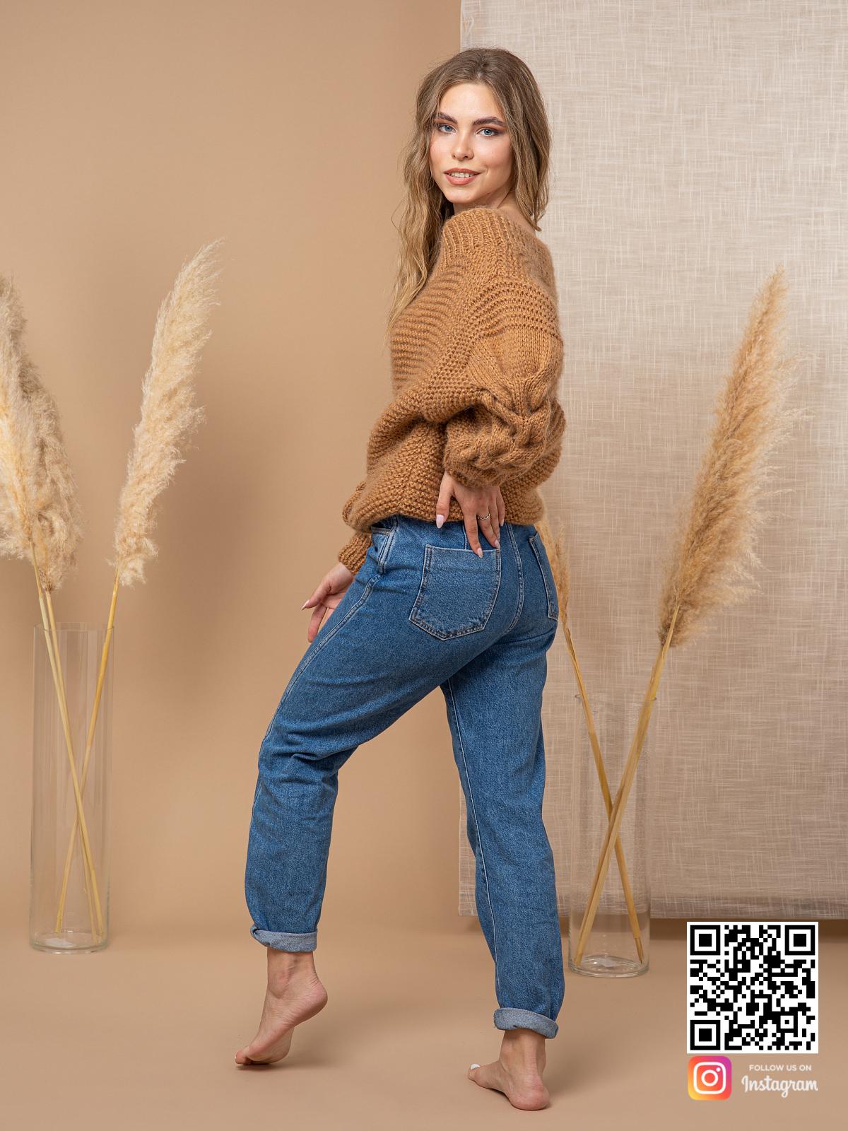 На шестой фотографии стильный свитер коричневого цвета оверсайз от Shapar, бренда вязаной одежды ручной работы в интернет-магазине связанных спицами вещей.