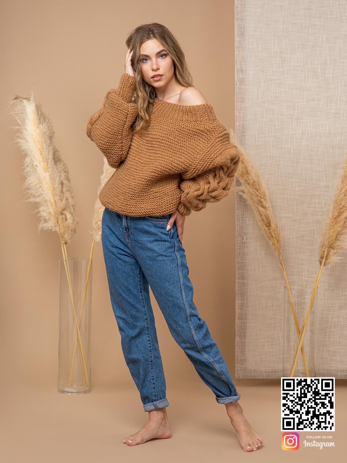 На четвертой фотографии женский свитер коричневого цвета на одно плечо от Shapar, бренда вязаной одежды ручной работы в интернет-магазине связанных спицами вещей.