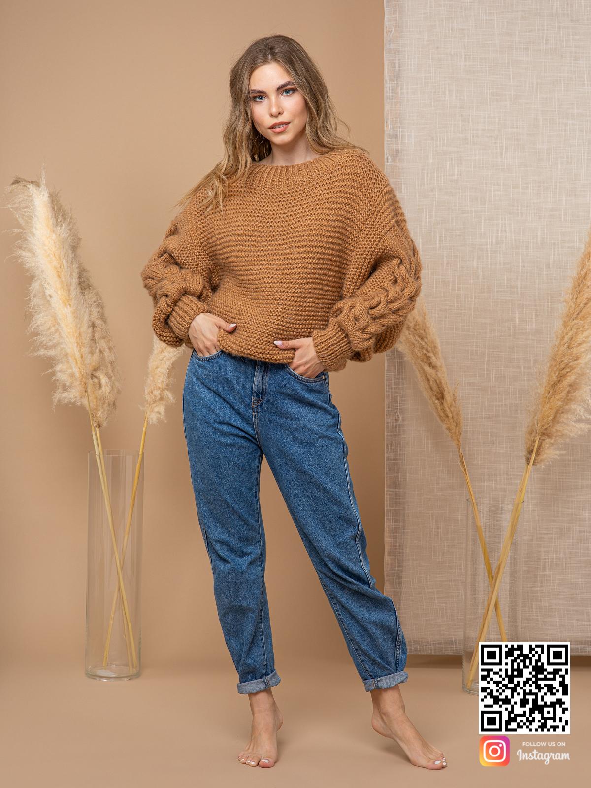 На фотографии женский свитер коричневого цвета от Shapar, бренда вязаной одежды ручной работы в интернет-магазине связанных спицами вещей.