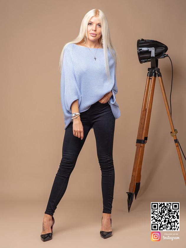 На фотографии женский свитер объемной вязки от Shapar, бренда вязаной одежды ручной работы в интернет-магазине связанных спицами вещей.