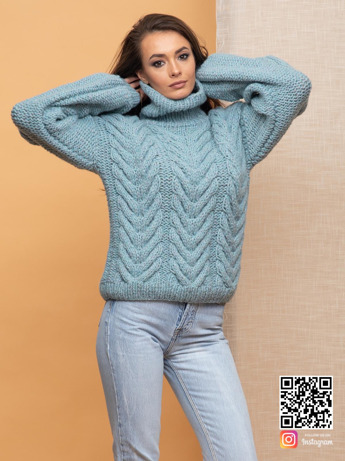 На пятой фотографии свитер с горлом женский в косах от Shapar, бренда вязаной одежды ручной работы в интернет-магазине связанных спицами вещей.