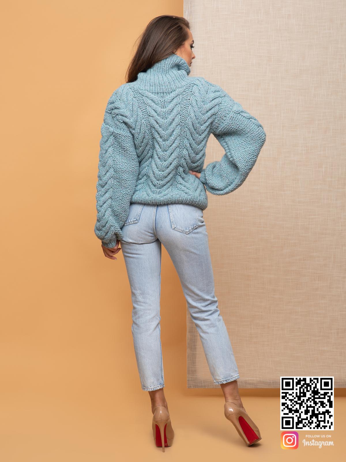 На второй фотографии свитер с горлом женский со спины от Shapar, бренда вязаной одежды ручной работы в интернет-магазине связанных спицами вещей.