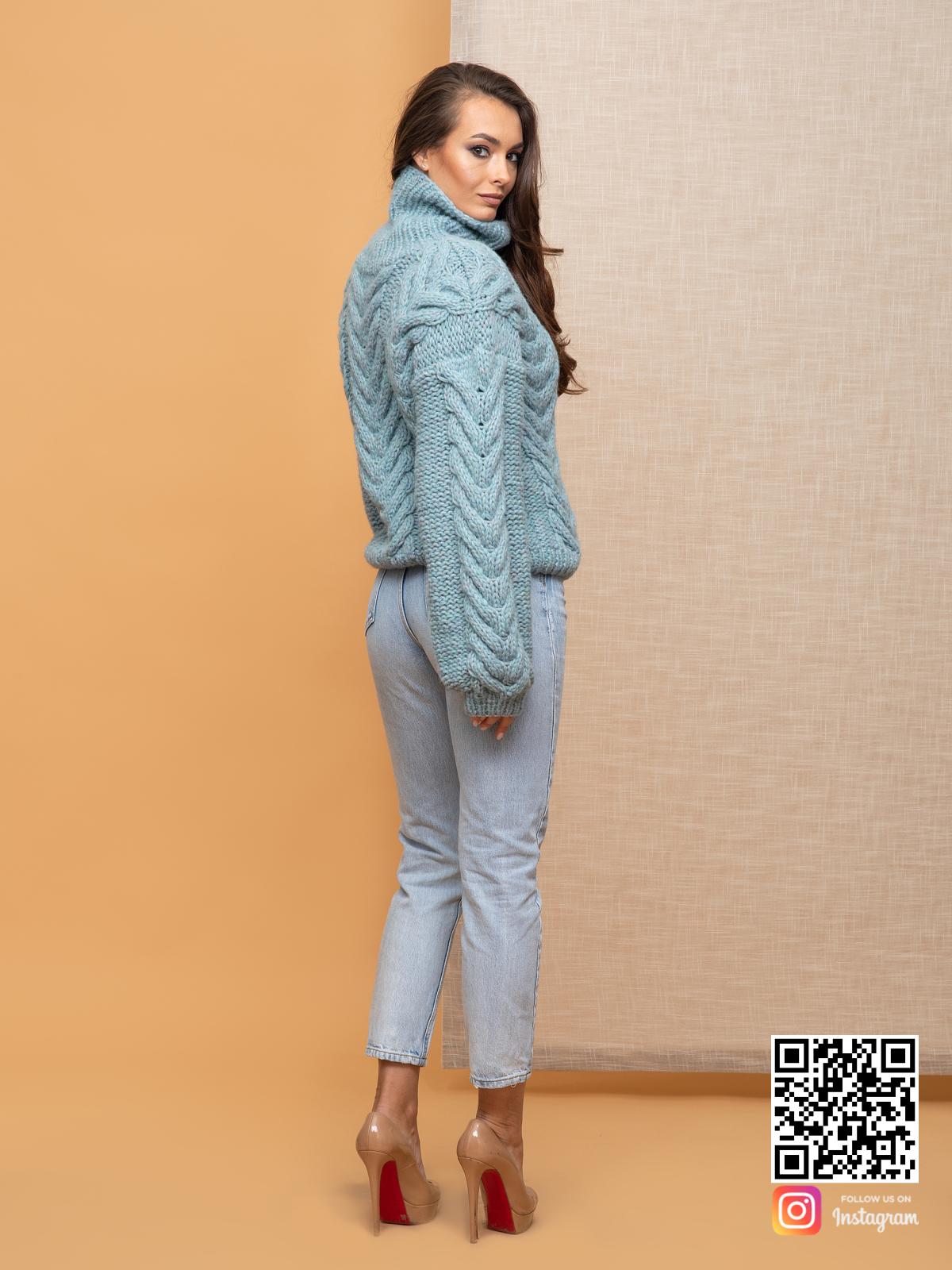 На четвертой фотографии свитер с горлом женский из альпаки от Shapar, бренда вязаной одежды ручной работы в интернет-магазине связанных спицами вещей.