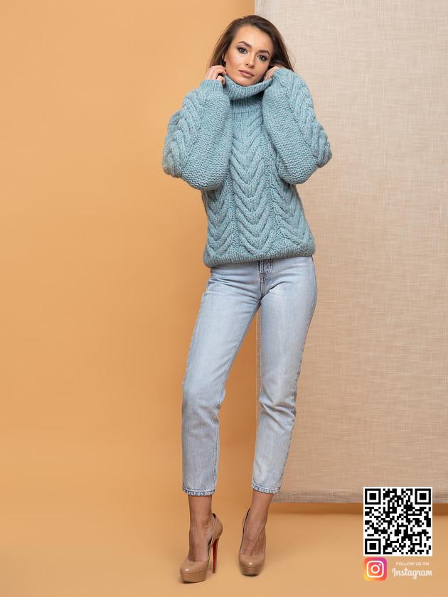 На фотографии свитер с горлом женский от Shapar, бренда вязаной одежды ручной работы в интернет-магазине связанных спицами вещей.
