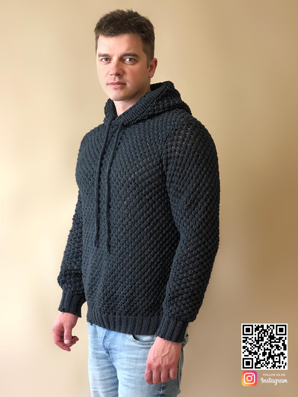 На пятой фотографии модный свитер с капюшоном мужской от Shapar, бренда вязаной одежды ручной работы в интернет-магазине связанных спицами вещей.