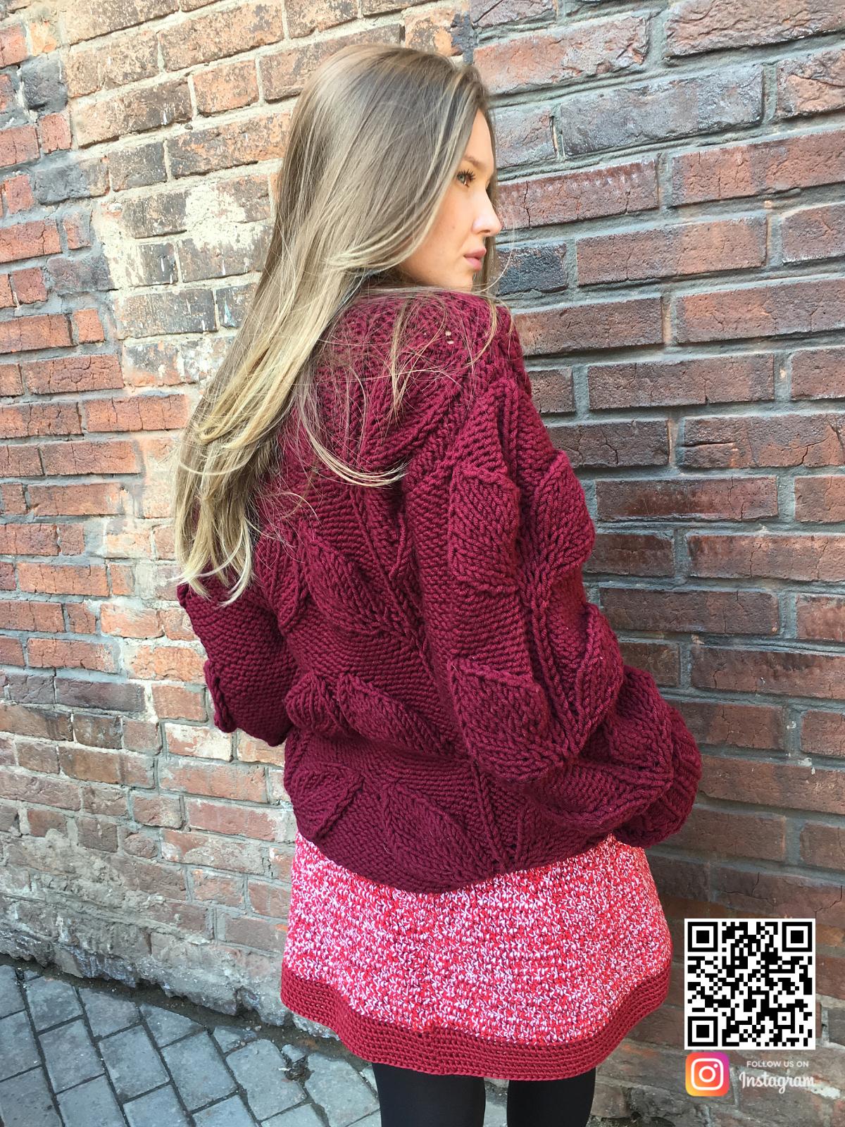 На второй фотографии женский свитер с листьями спицами со спины от Shapar, бренда вязаной одежды ручной работы в интернет-магазине связанных вещей.