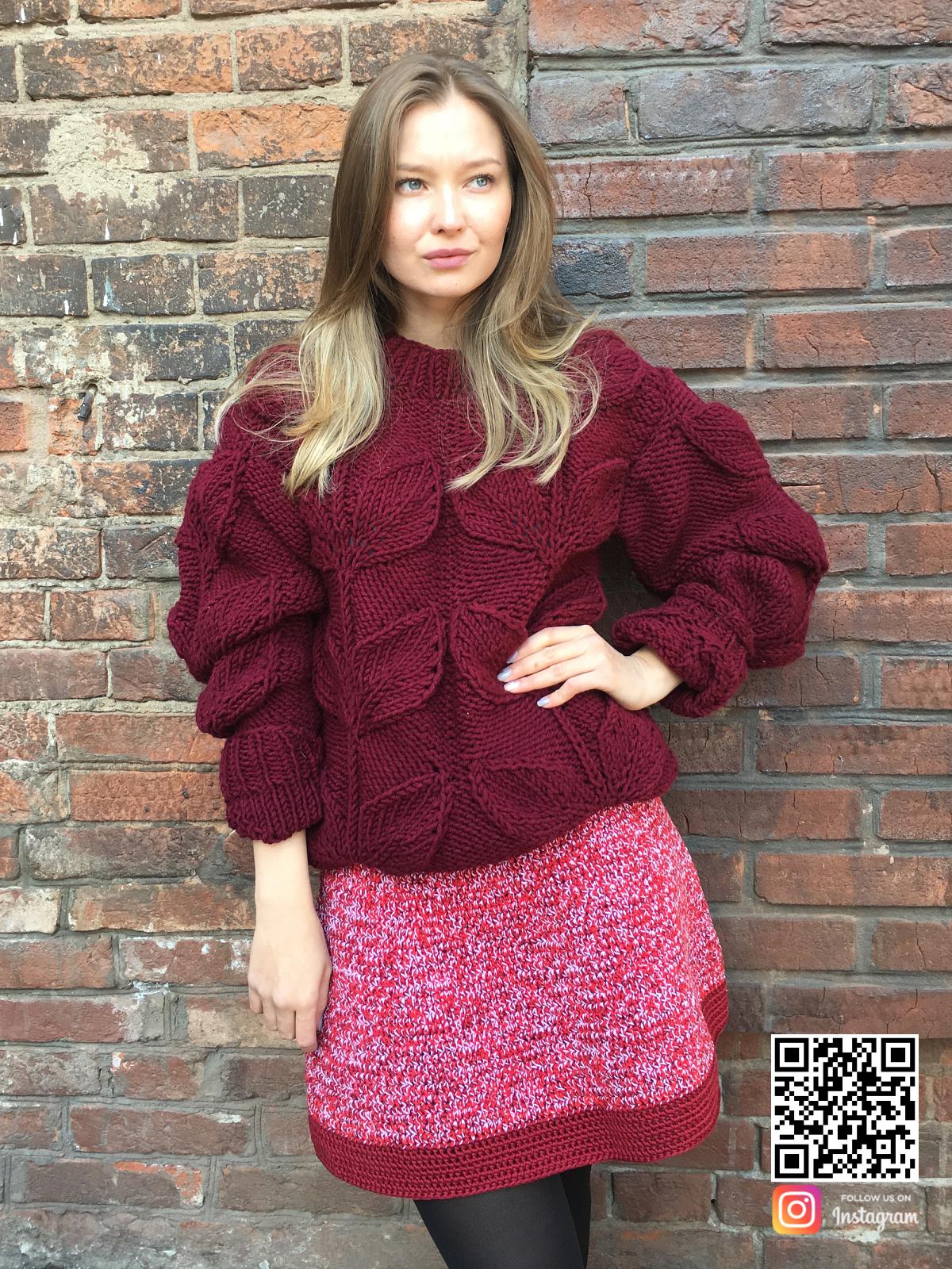 На фотографии женский свитер с листьями спицами от Shapar, бренда вязаной одежды ручной работы в интернет-магазине связанных вещей.