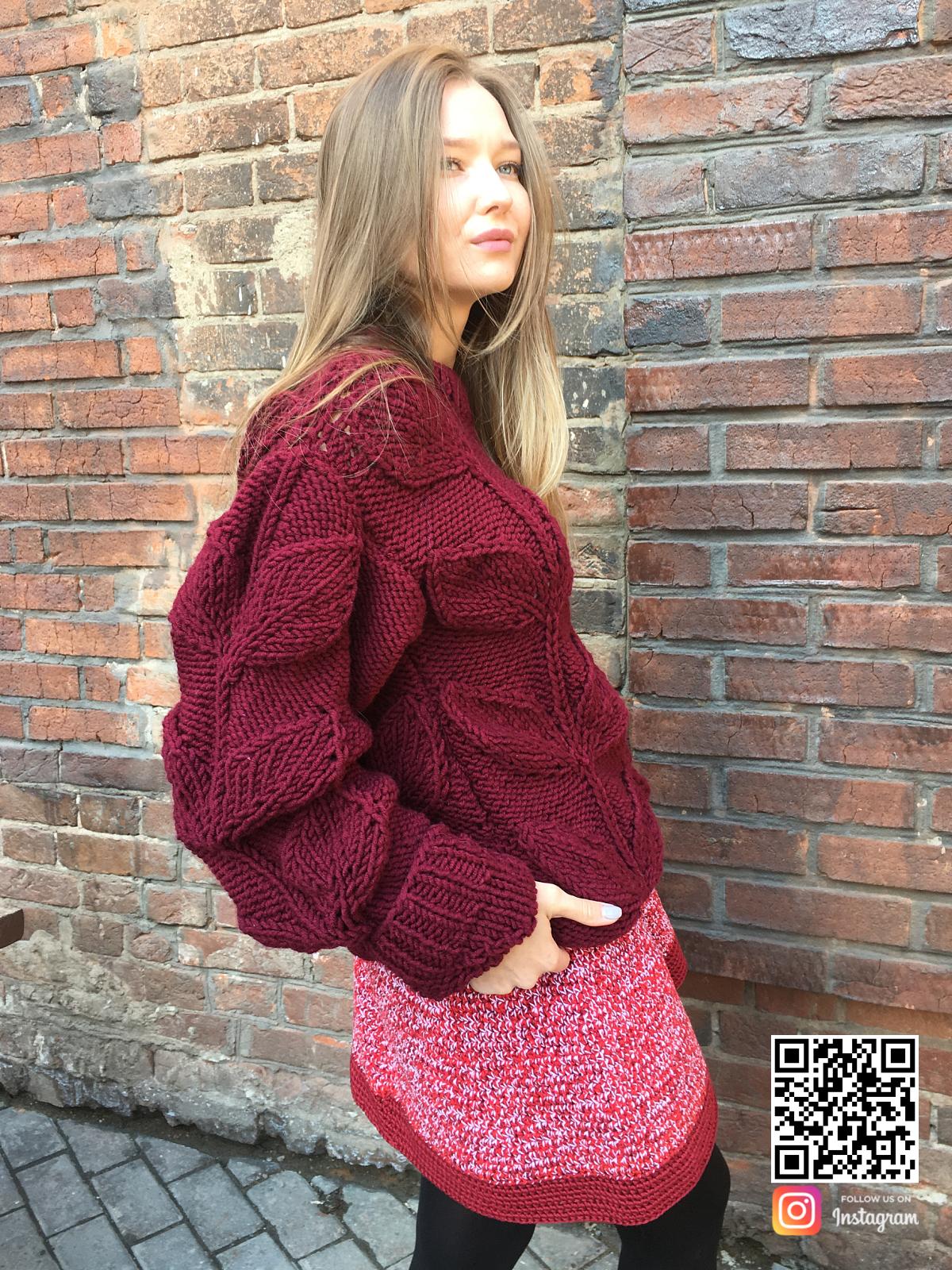 На третьей фотографии женский свитер с листьями спицами бордового цвета от Shapar, бренда вязаной одежды ручной работы в интернет-магазине связанных вещей.