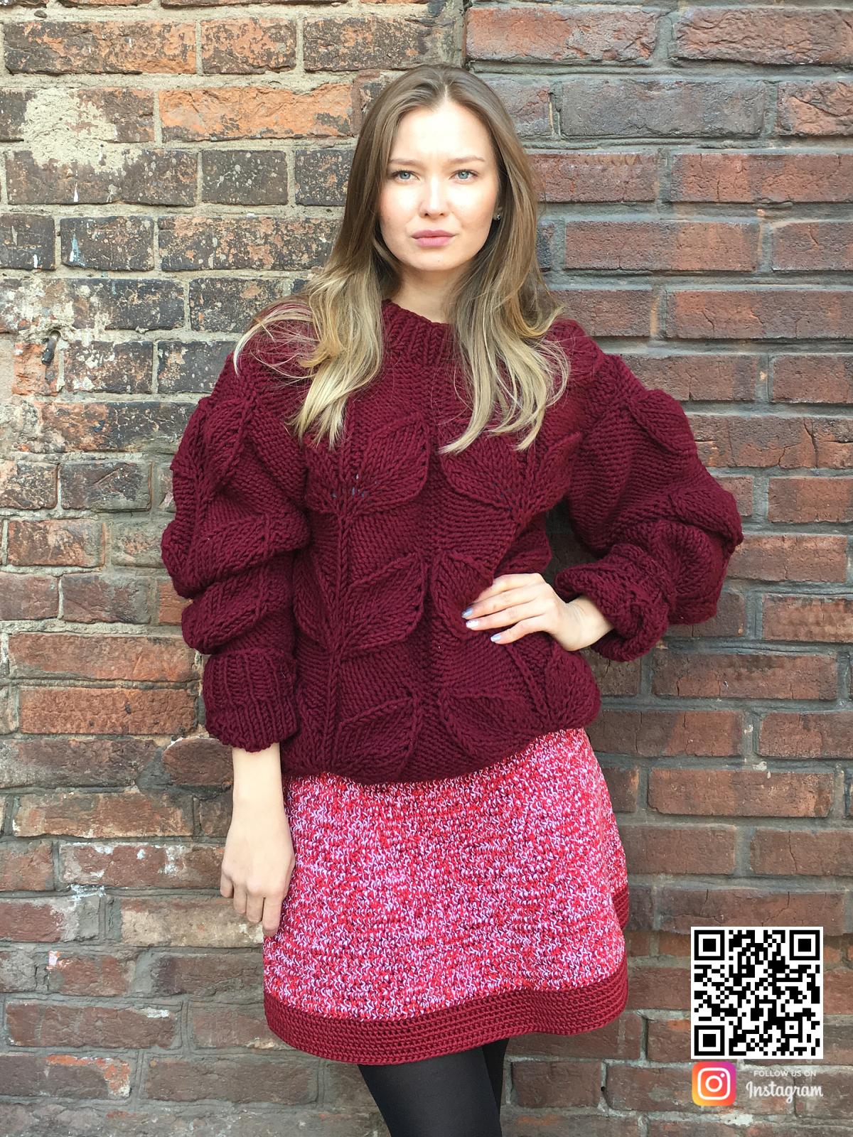 На шестой фотографии бордовый свитер с листьями от Shapar, бренда вязаной одежды ручной работы в интернет-магазине связанных спицами вещей.