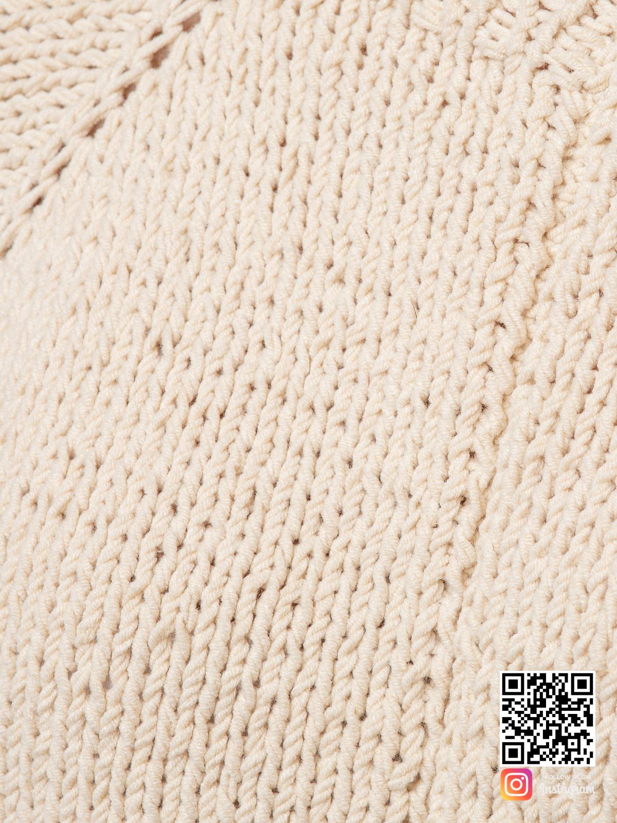 На восьмой фотографии женский свитер с открытым плечом спицами крупным планом от Shapar, бренда вязаной одежды ручной работы в интернет-магазине связанных вещей.