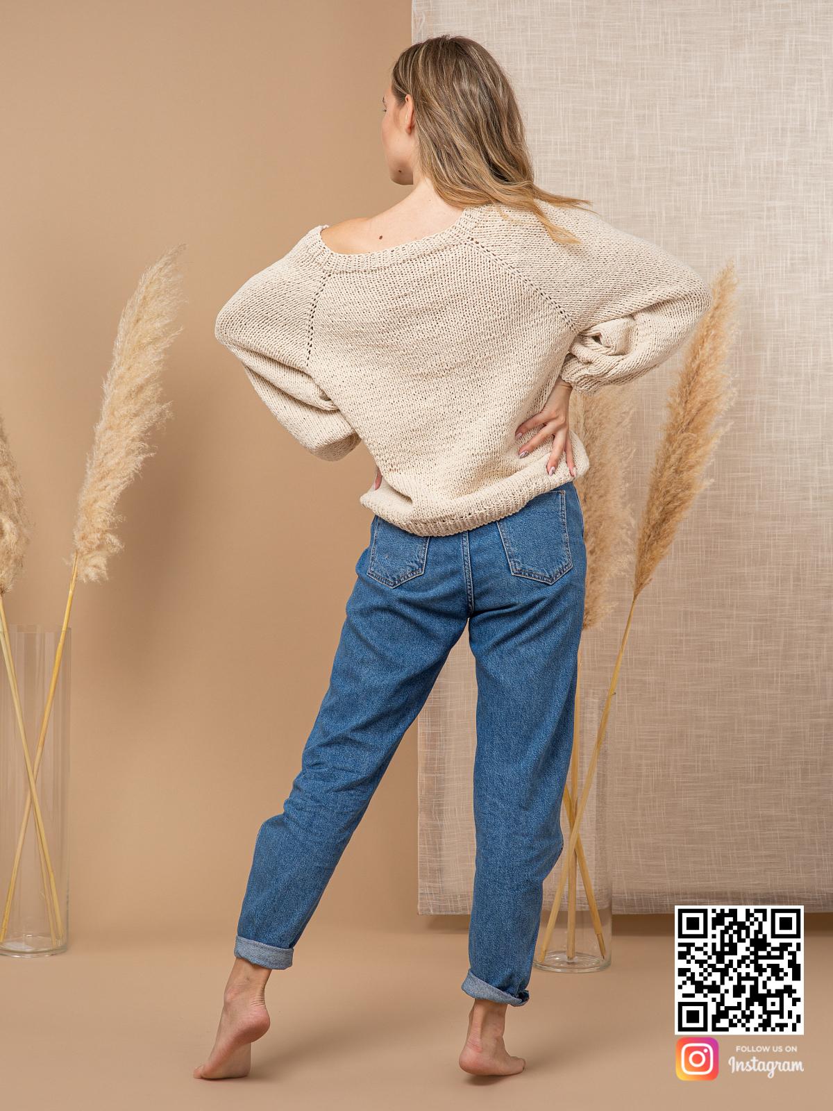 На второй фотографии женский свитер с открытым плечом спицами со спины от Shapar, бренда вязаной одежды ручной работы в интернет-магазине связанных вещей.