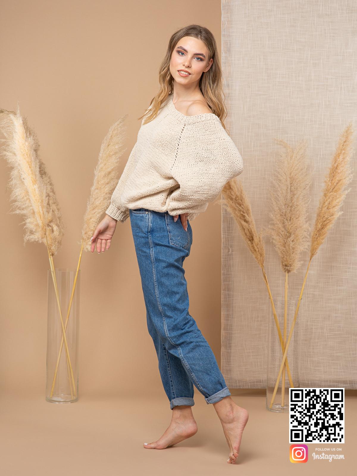 На седьмой фотографии свитер с открытым плечом спицами для девушек и женщин от Shapar, бренда вязаной одежды ручной работы в интернет-магазине связанных вещей.
