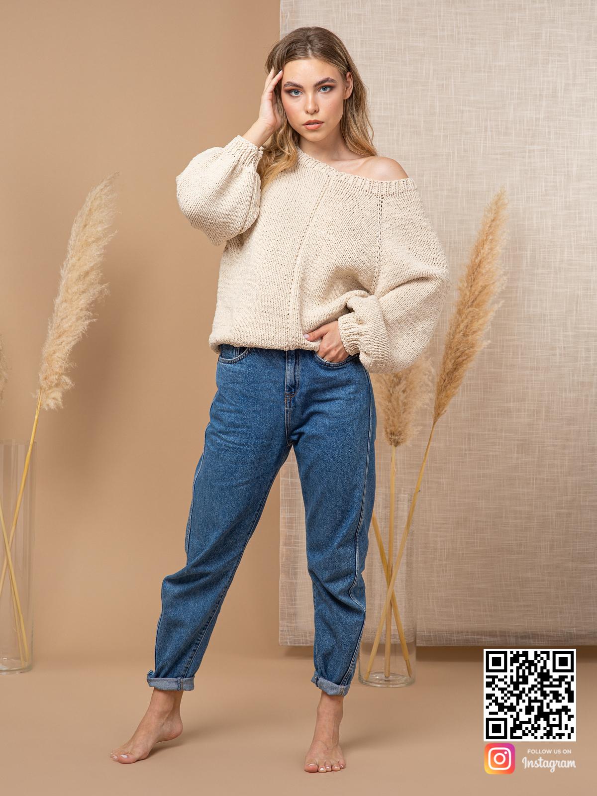 На шестой фотографии модный свитер с открытым плечом спицами бежевого цвета от Shapar, бренда вязаной одежды ручной работы в интернет-магазине связанных вещей.
