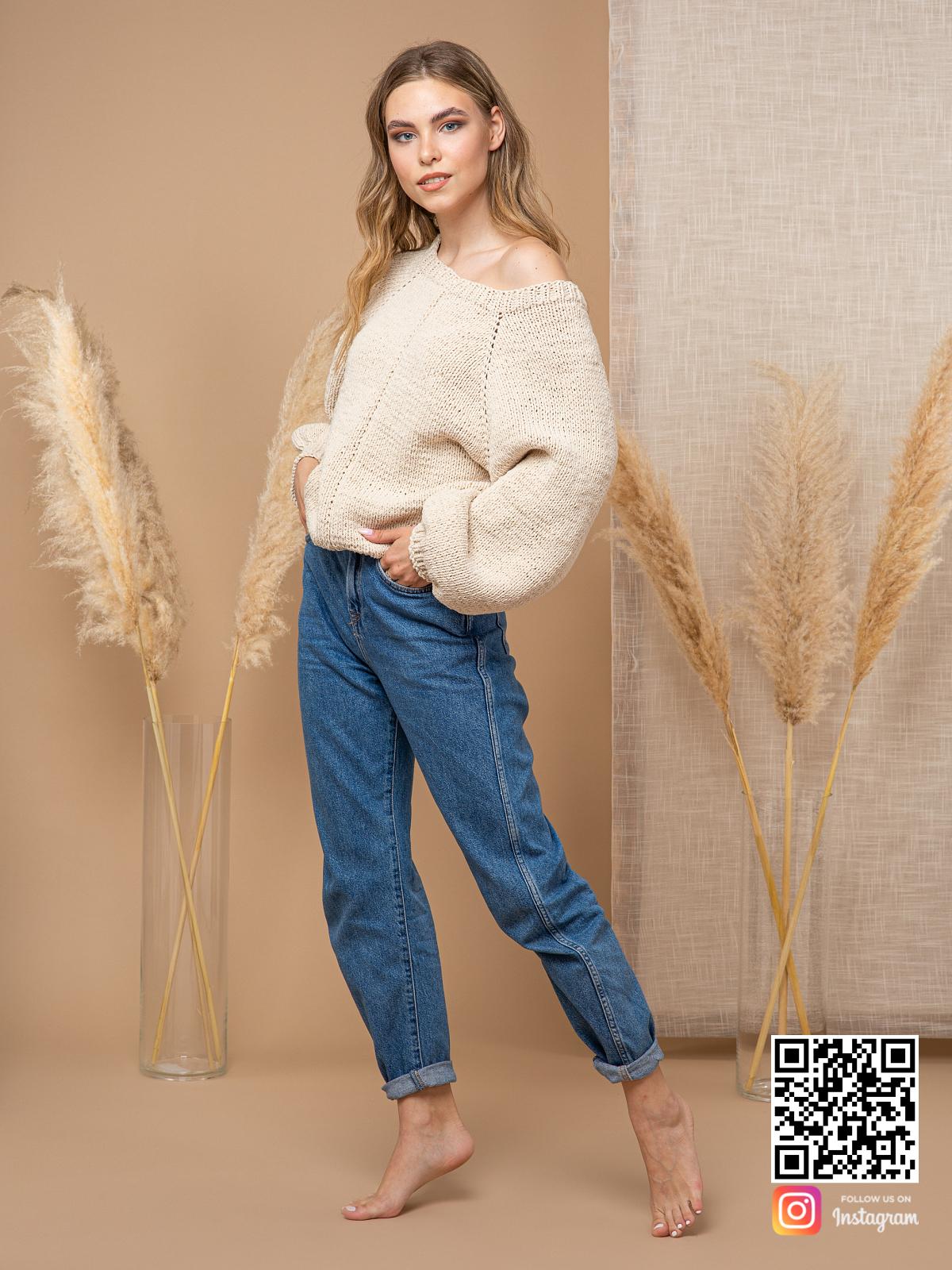 На четвертой фотографии свитер с открытым плечом спицами из хлопка от Shapar, бренда вязаной одежды ручной работы в интернет-магазине связанных вещей.
