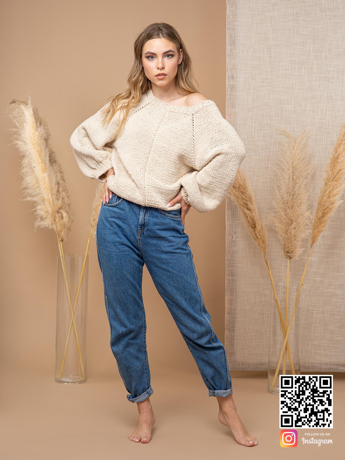 На третьей фотографии бежевый свитер с открытым плечом спицами от Shapar, бренда вязаной одежды ручной работы в интернет-магазине связанных вещей.