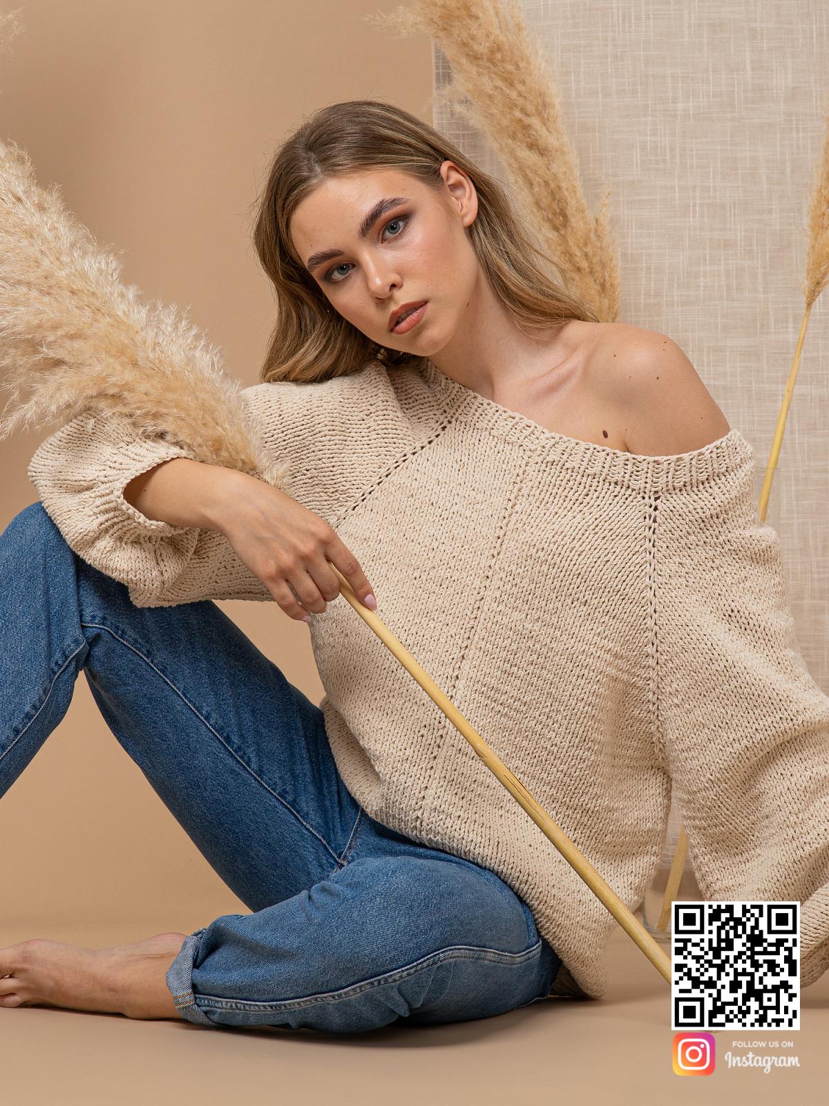 На пятой фотографии летний свитер с открытым плечом спицами от Shapar, бренда вязаной одежды ручной работы в интернет-магазине связанных вещей.