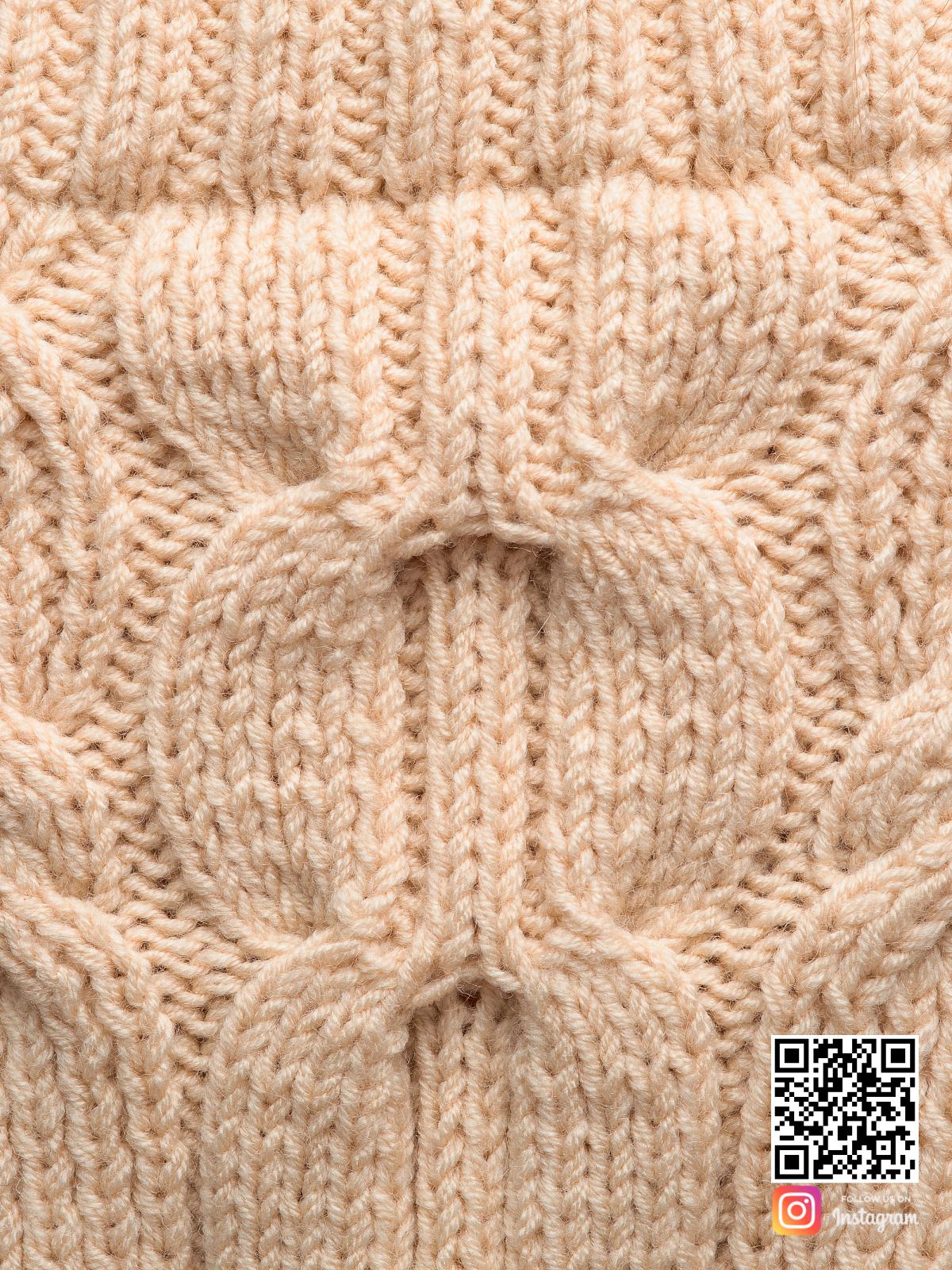 На пятой фотографии женский свитер с открытыми плечами крупным планом от Shapar, бренда вязаной одежды ручной работы в интернет-магазине связанных спицами вещей.