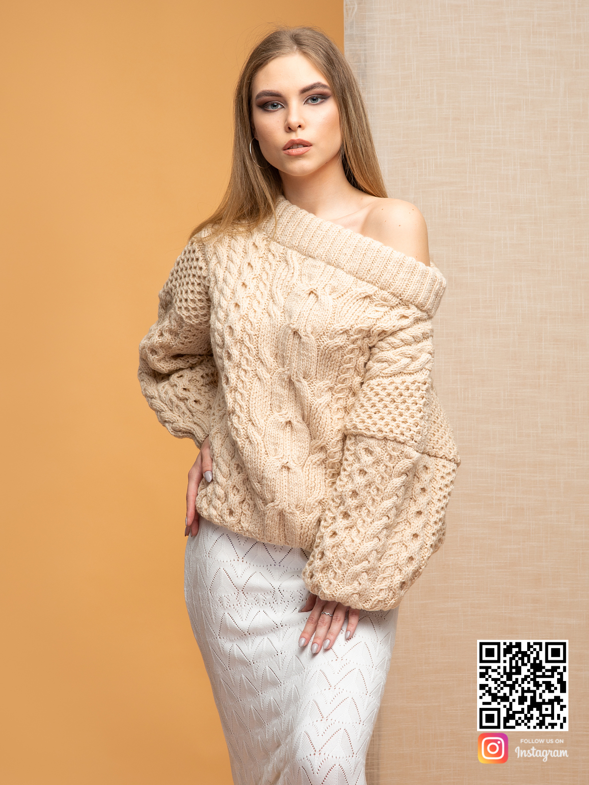 На шестой фотографии свитер с открытыми плечами в косах от Shapar, бренда вязаной одежды ручной работы в интернет-магазине связанных спицами вещей.