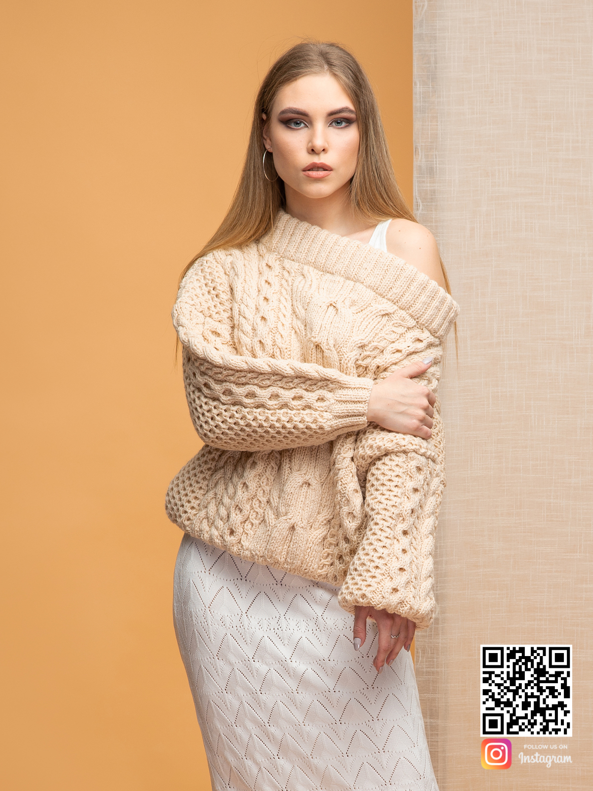На третьей фотографии бежевый свитер с открытыми плечами от Shapar, бренда вязаной одежды ручной работы в интернет-магазине связанных спицами вещей.