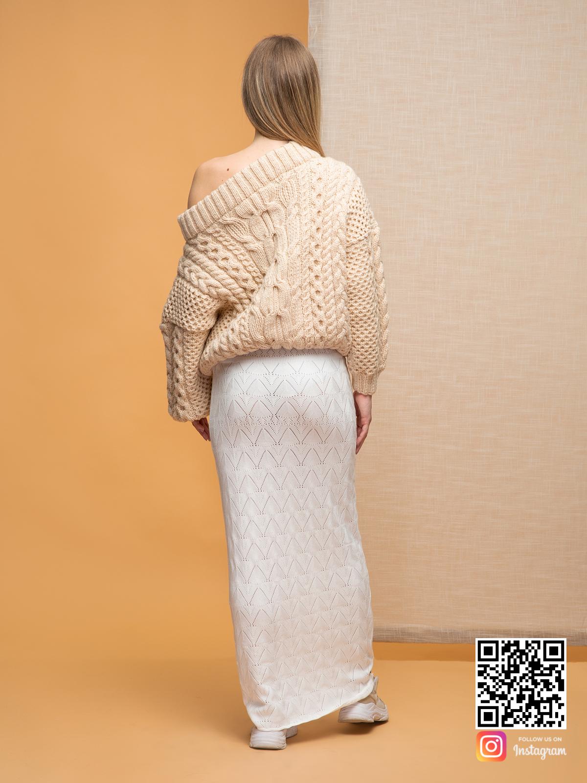 На второй фотографии женский свитер с открытыми плечами со спины от Shapar, бренда вязаной одежды ручной работы в интернет-магазине связанных спицами вещей.