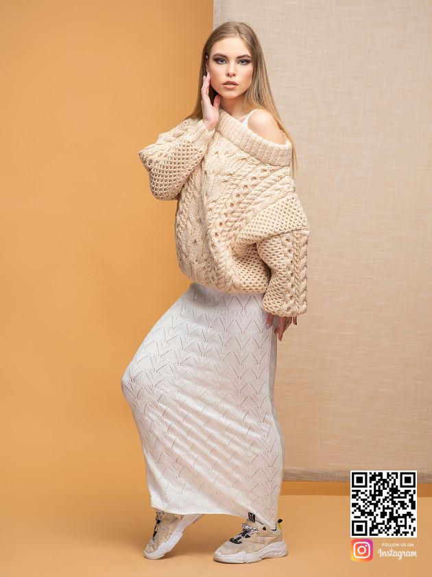 На фотографии женский свитер с открытыми плечами от Shapar, бренда вязаной одежды ручной работы в интернет-магазине связанных спицами вещей.