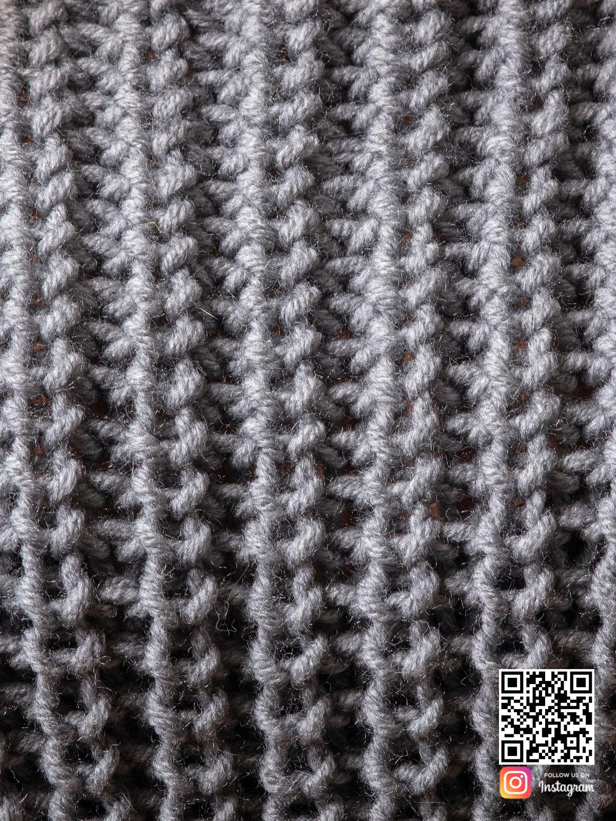 На пятой фотографии женский свитер серого цвета крупным планом от Shapar, бренда вязаной одежды ручной работы в интернет-магазине связанных спицами вещей.
